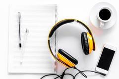 Componga la música Auriculares, notas de la música, teléfono y café en la opinión superior del fondo blanco foto de archivo libre de regalías