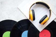 Componga la música Discos de vinilo, auriculares, notas de la música sobre copyspace gris de la opinión superior del fondo imagen de archivo libre de regalías