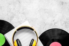 Componga la música Discos de vinilo, auriculares, notas de la música sobre copyspace gris de la opinión superior del fondo imágenes de archivo libres de regalías