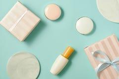 Componga la tavola con il fondamento, arrossisca, spazzole, rossetto e giftbox all'interno immagini stock libere da diritti