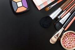 Componga las herramientas Los cosméticos en fondo negro y componen las herramientas Visión superior y mofa para arriba Copie el e fotografía de archivo libre de regalías