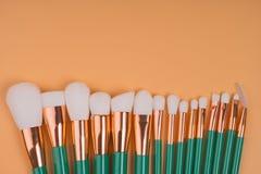 Componga los cepillos aisló el fondo en colores pastel Fotos de archivo