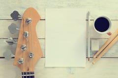 Comporre da tavolino del musicista ispiratore Chitarra bassa elettrica fotografie stock