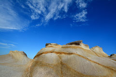 Comporté survivant au granit sous le ciel, Fujian, Chine Image stock