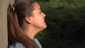 Comportamento irregolare pazzo della ragazza teenager archivi video