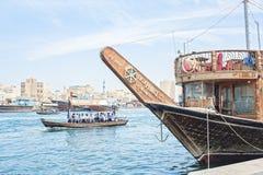 Comporte des bateaux pour le transport des personnes sur la crique de rivière images libres de droits