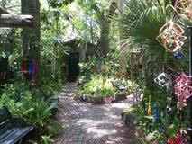 Comporter magique de jardin et carillons de vent images stock