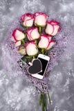 Composé de roses et de coeur de tableau d'ADN de téléphone portable Photographie stock
