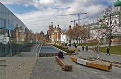 Composé patriarcal dans Zaryadye, promenade de personnes au centre de Moscou historique photo stock