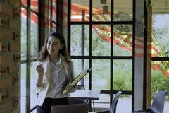 Composé patriotique de jeune demi femme Thaïlandais-américaine heureuse dans h Image stock