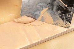 Composé remplissant pour le bois de raccordement Conseils de raccordement avec un composé de mise à niveau photos stock