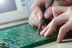 Composant électronique d'essai d'ingénieur avec l'oscilloscope Photo libre de droits