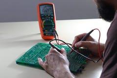 Composant électronique d'essai d'ingénieur avec le multimètre Photos libres de droits
