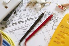 Composants électriques disposés sur des plans photos stock