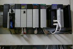 Composants électroniques dans le système de contrôle Le circuit du système de contrôle dans la boîte de contrôle Photo libre de droits