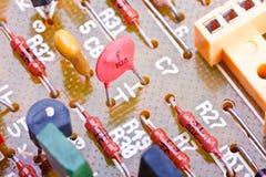 Composants électroniques sur un panneau de circuit imprimé Photographie stock libre de droits