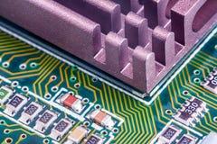 Composants électroniques sur un panneau de circuit imprimé Images libres de droits