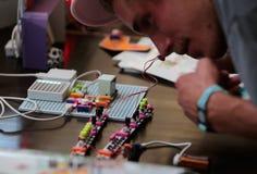 Composants d'arduino de poignée de personnes dans un atelier au sonar Barcelone photo stock