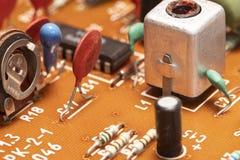 Composants par radio sur une carte électronique image stock