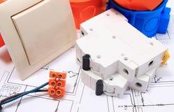 Composants pour les installations et les diagrammes électriques Photographie stock
