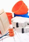 Composants pour les installations et les diagrammes électriques Images stock