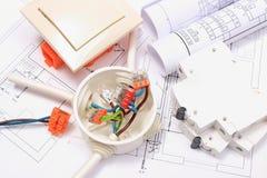 Composants pour les installations et les diagrammes électriques de construction Photo stock