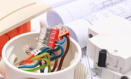 Composants pour les installations et les diagrammes électriques de construction Image stock