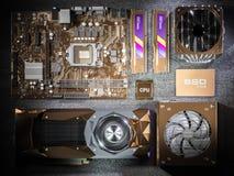 Composantsmatériels de PC plaqués par or sur le fond noir rendu 3d Image stock