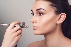 Composez avec l'aerographe Visage de fille avec la peau parfaite Le mannequin avec la nudité composent Lèvres de maquillage Fille images stock