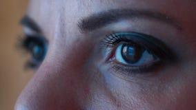 Composez des yeux étroits banque de vidéos