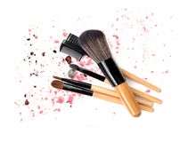 Composez la brosse en bois sur la poussière colorée sur le fond blanc Image libre de droits