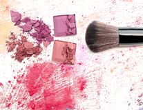 Composez la brosse sur la couleur écrasée de poudre pour composer photographie stock