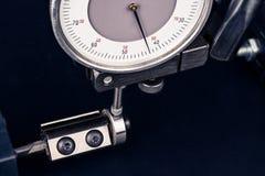 Composez la mesure en mesurant l'endmill avec le roulement à billes photos libres de droits
