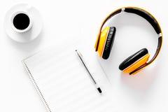 Composez la musique Écouteurs, notes de musique et tasse de café sur la vue supérieure de fond blanc photographie stock
