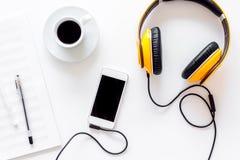 Composez la musique Écouteurs, notes de musique, téléphone et café sur la vue supérieure de fond blanc photo libre de droits