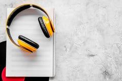 Composez la musique Disques vinyle, écouteurs, notes de musique sur le copyspace gris de vue supérieure de fond photographie stock libre de droits