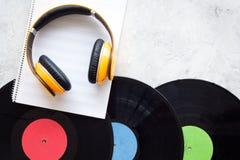 Composez la musique Disques vinyle, écouteurs, notes de musique sur le copyspace gris de vue supérieure de fond photo stock