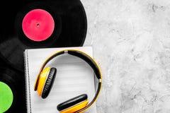 Composez la musique Disques vinyle, écouteurs, notes de musique sur le copyspace gris de vue supérieure de fond image stock