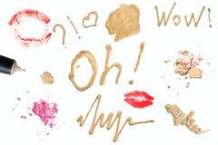 Composez le macro décoratif de produits Inscriptions et symboles Crème tonale, poudre, produits de peau, fard à paupières friable images stock