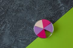 Composez les éponges sur le fond en pierre foncé Applicateur cosmétique, Livre vert avec l'espace de copie photo libre de droits