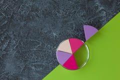 Composez les éponges sur le fond en pierre foncé Applicateur cosmétique Livre vert avec l'espace de copie photo stock
