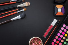 Composez les accessoires Vue supérieure Fond en bois bleu Téléphone portable avec l'écran vide Produits cosmétiques Photo stock