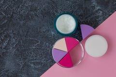 Composez les applicateurs et la crème sur le fond en pierre foncé naturel avec l'espace de copie photographie stock libre de droits