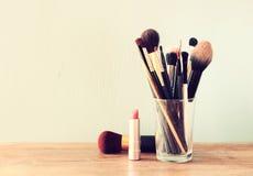 Composez les brosses au-dessus de la table en bois Photographie stock