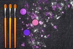 Composez les outils et le fard à paupières brisé Image stock