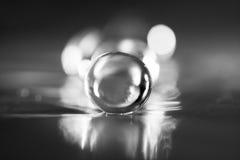 Composição abstrata com as bolas bonitas, transparentes, redondas da geleia em uma folha de alumínio com reflexões Imagens de Stock Royalty Free