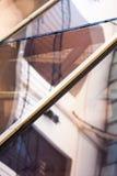 Composição abstrata com os detalhes do vidro e da arquitetura refletidos e distorcidos Fotografia de Stock