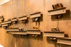 Composição abstrata das sapatas do vintage unidas à parede na passagem da terra imagens de stock royalty free