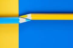 Composição abstrata de lápis azuis e amarelos Imagens de Stock Royalty Free