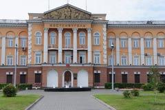 A composição arquitetónica de construções históricas e fonte no centro de Irkutsk Foto de Stock Royalty Free